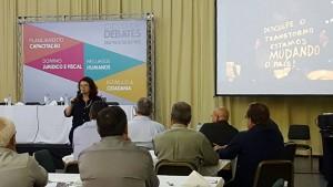 Elisiane da Silva apresentou um compilado de informações técnicas e empíricas sobre a administração pública.